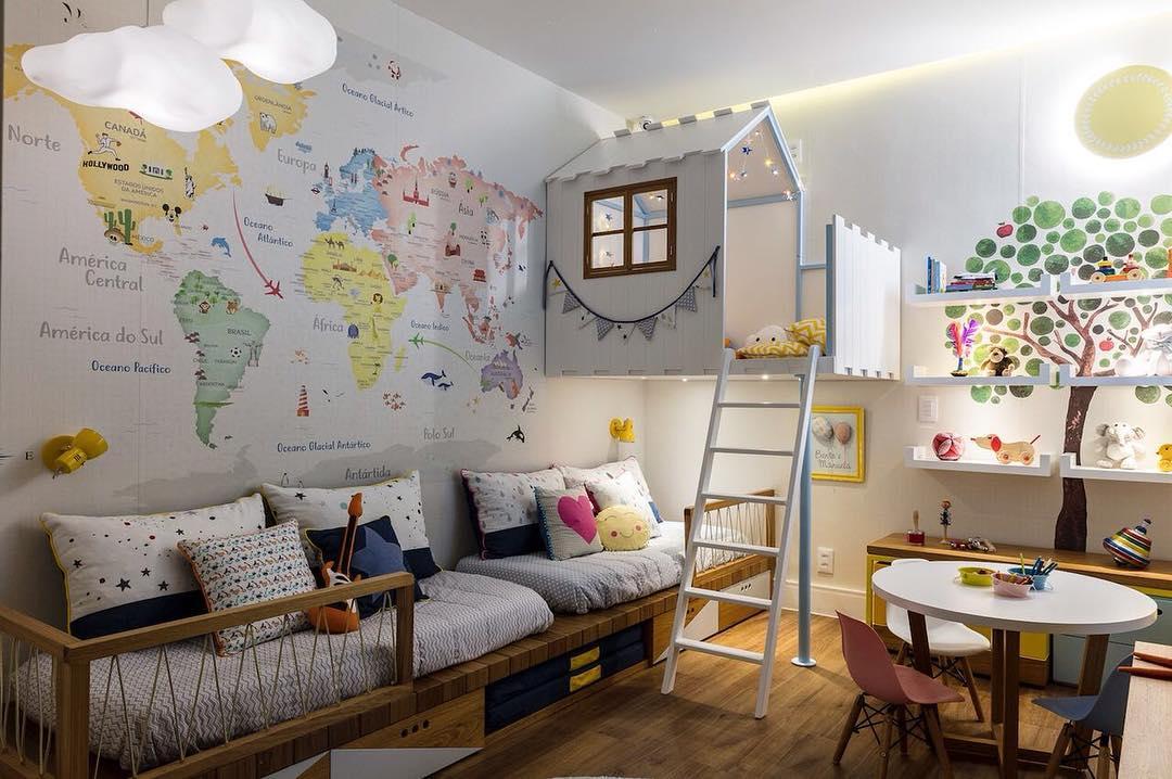 Quarto infantil decorado com o tema de mapa mundi