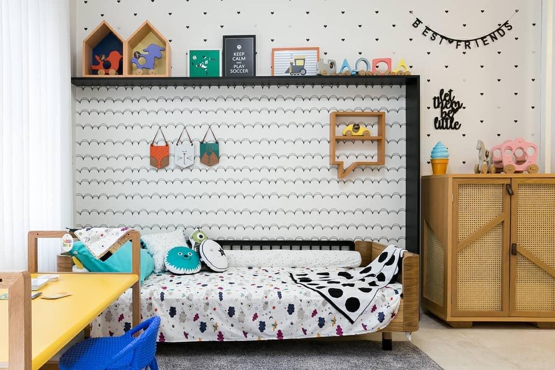 Quarto infantil com cama que lembra a decoração de Monstros S.A