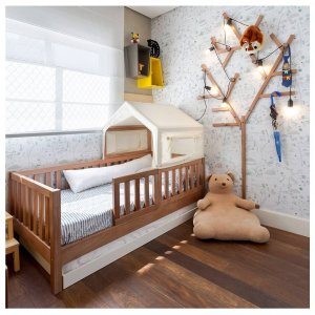 Quarto infantil especialmente de madeira, com detalhes de árvore e ursinhos