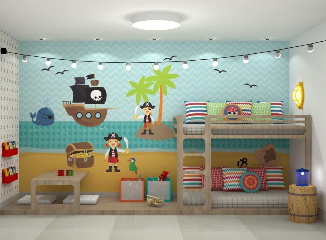 Quarto infantil decorado com tema de fundo do mar e piratas
