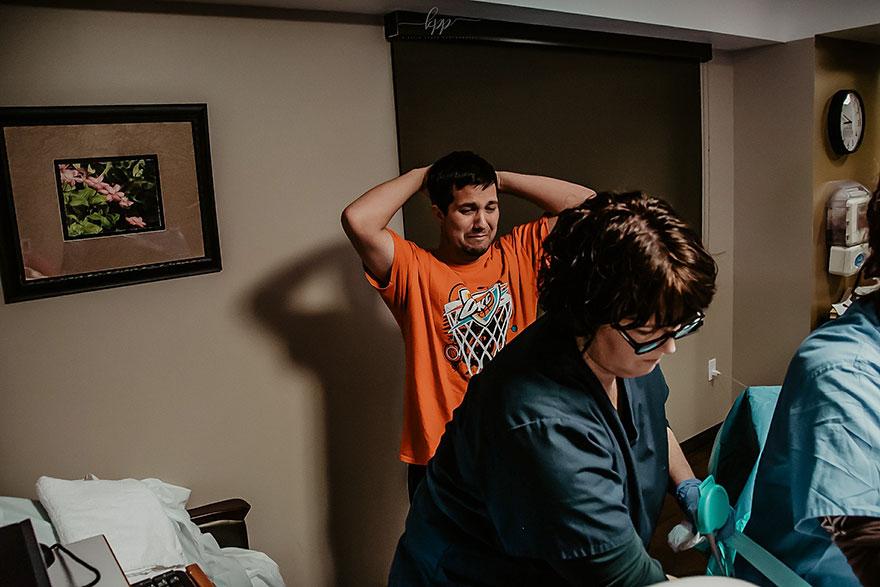 Fotógrafa de parto se surpreende ao saber por que o pai estava chorando