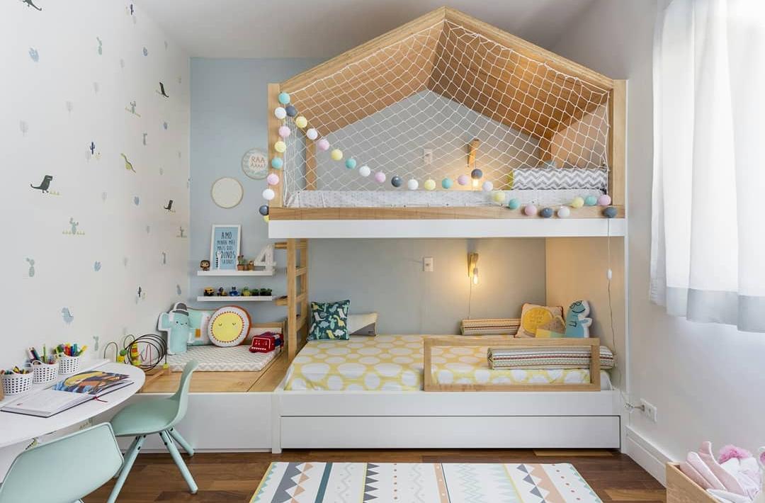 Quarto infantil decorado com duas camas em tons verdes e divertidos