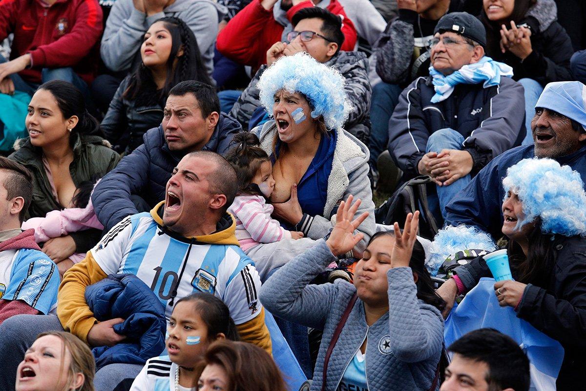 Foto de mãe amamentando filha durante jogo da Copa viraliza na internet