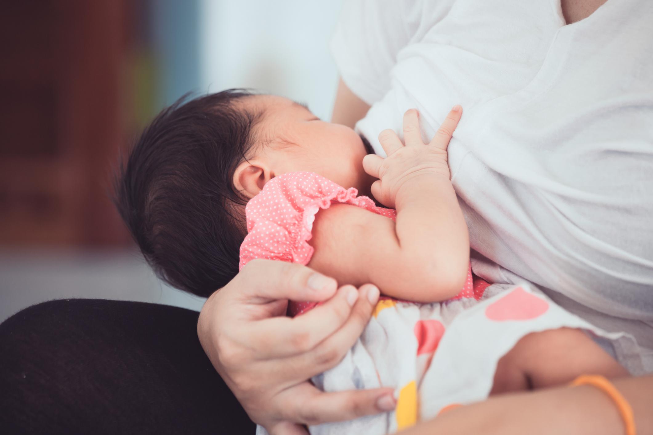 Mãe amamentando o bebê – movimento da língua