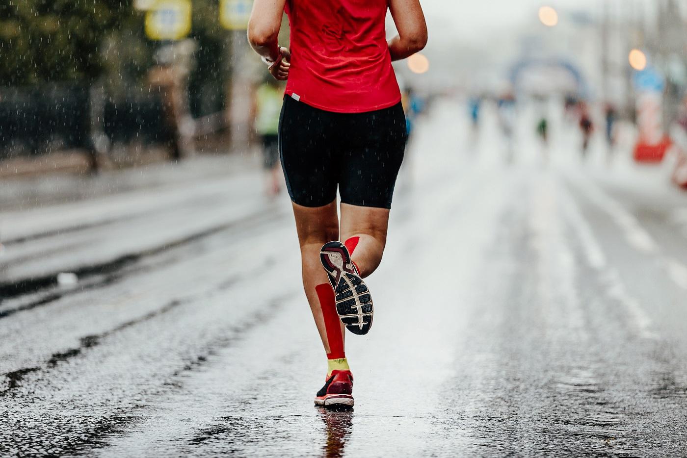 Mulher correndo maratona