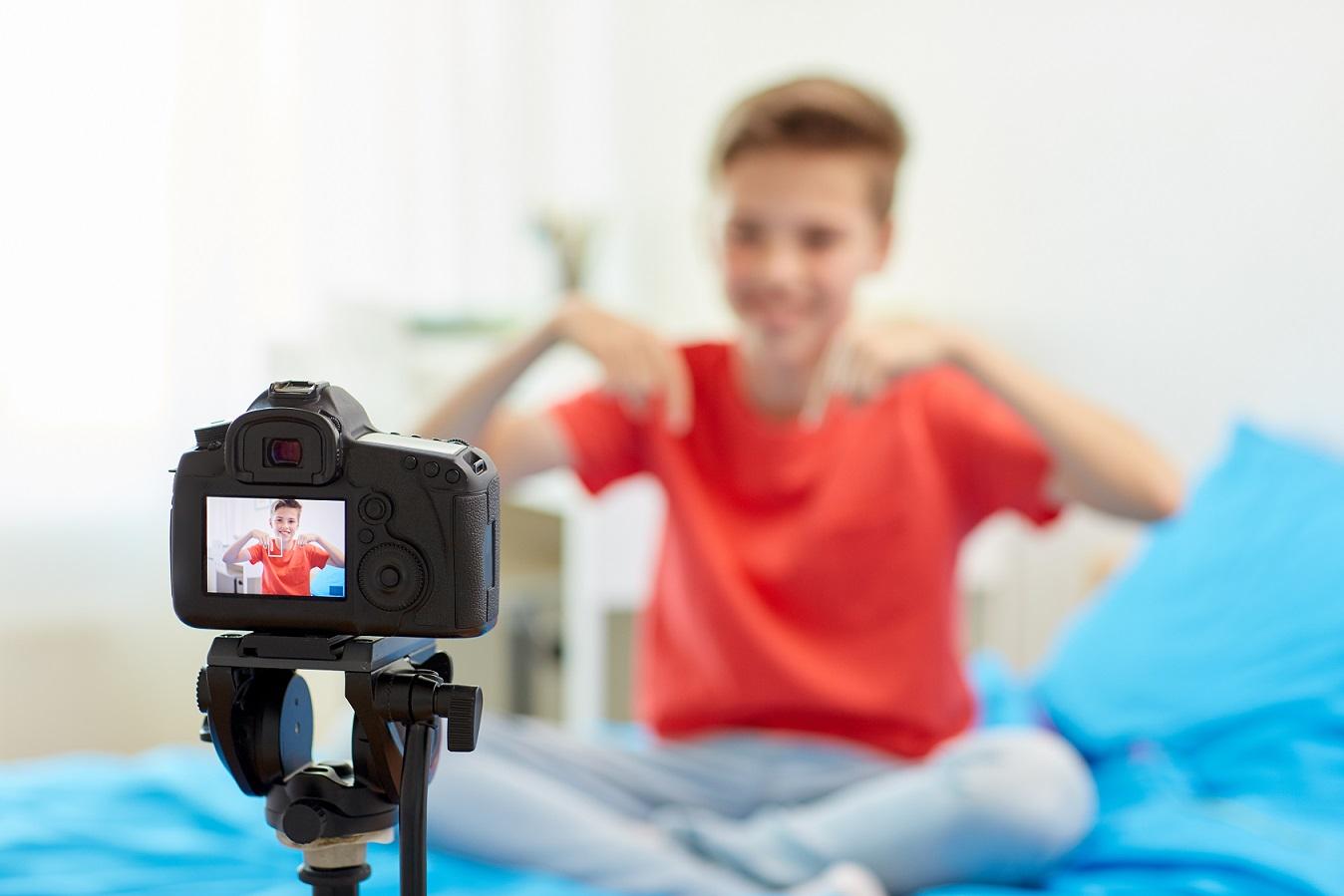 Menino gravando vlog youtuber mirim
