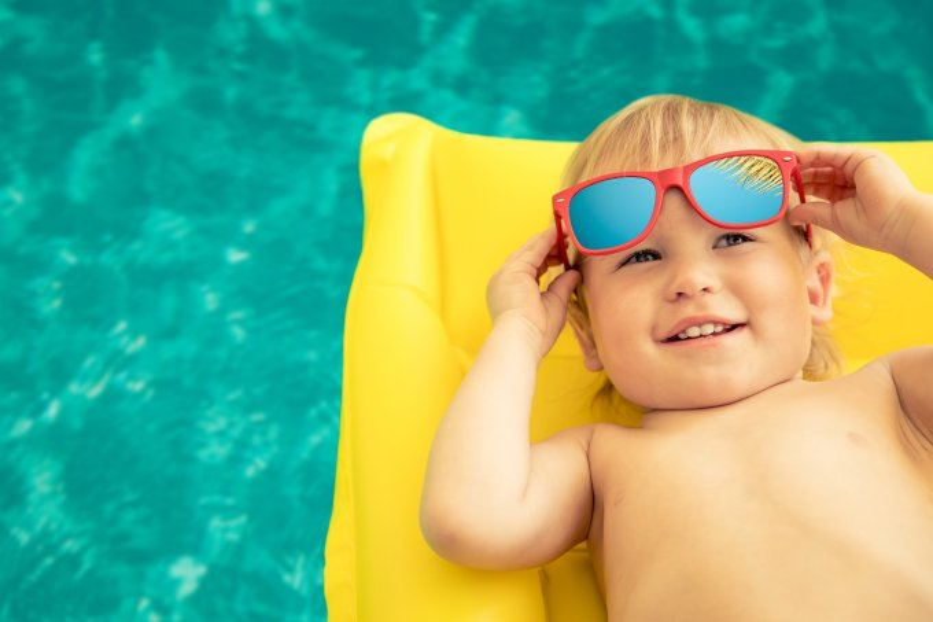 Bebê na piscina durante o verão