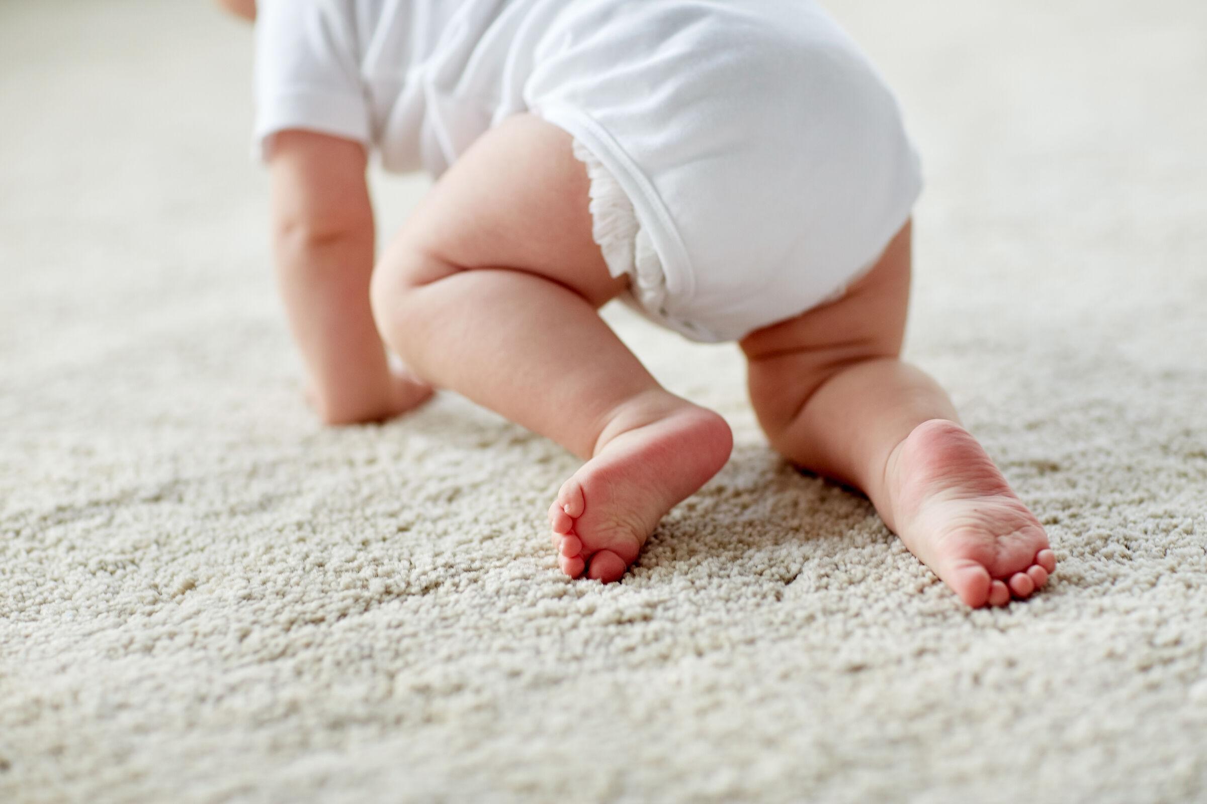 bebê engatinhando de fralda