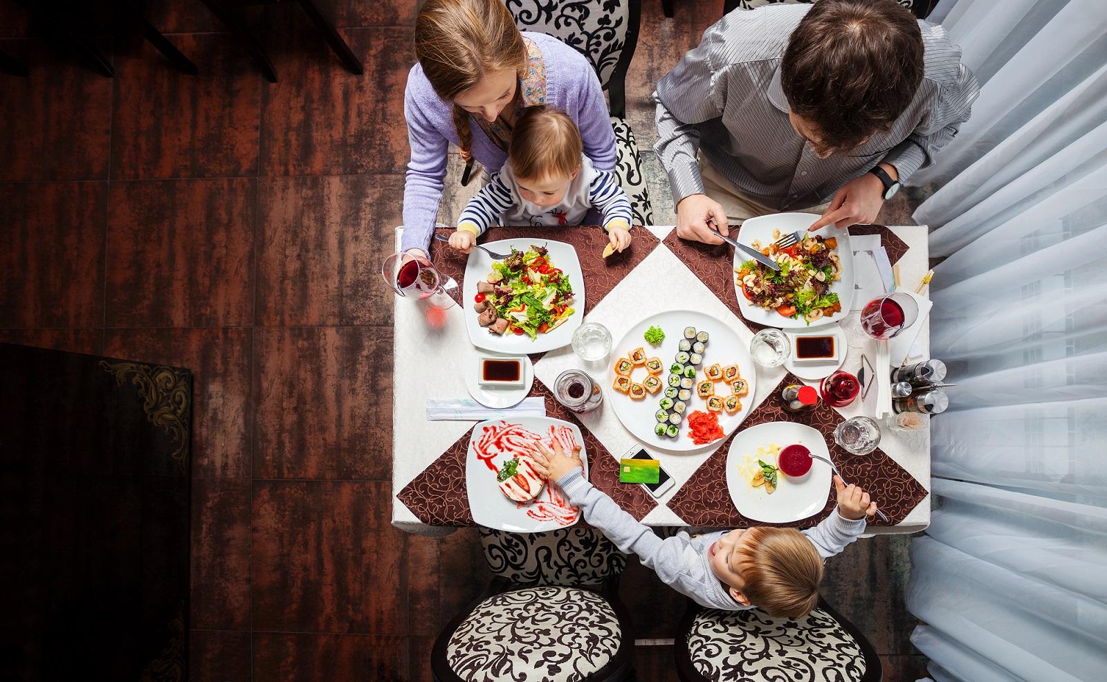 família jantando no restaurante