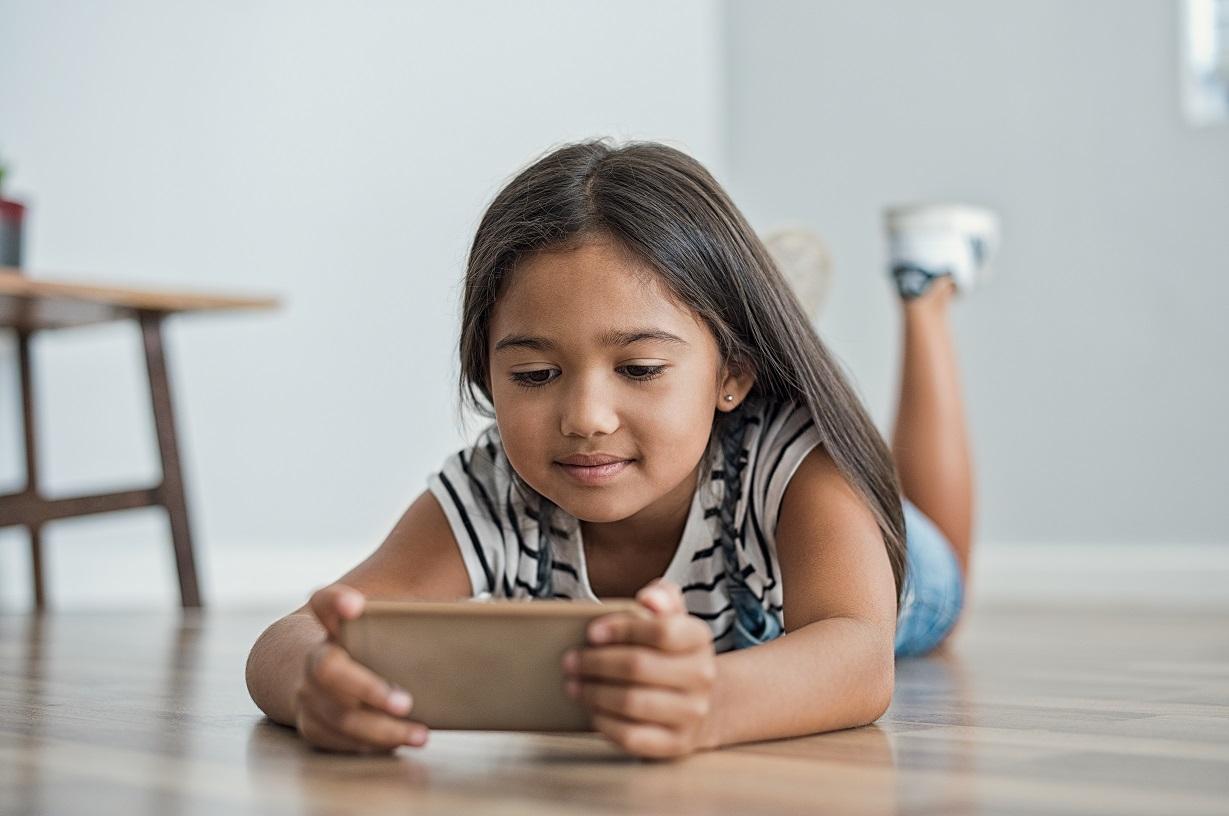 Menina usando celular