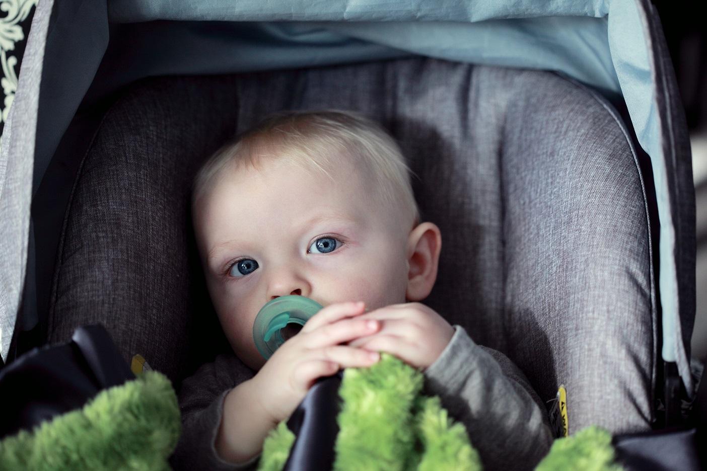 bebê no bebê conforto