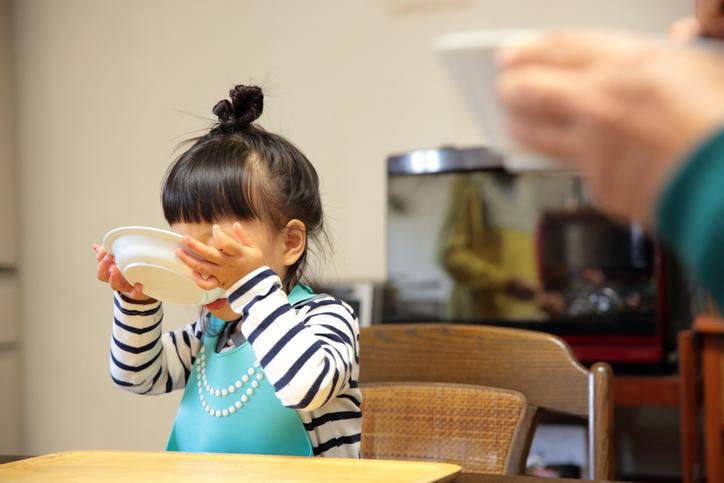 Criança menina comendo sopa