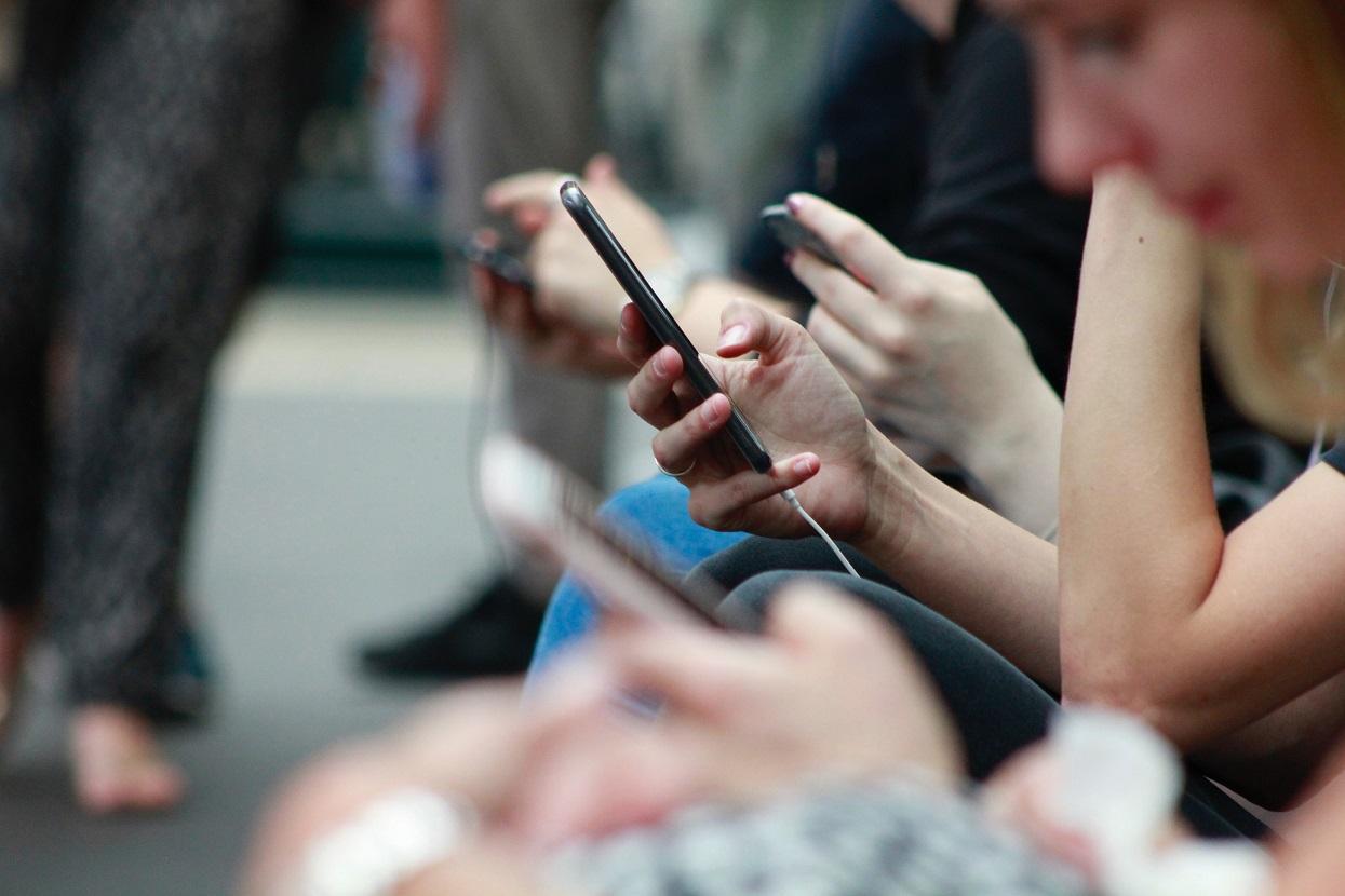 Pais mexendo no celular smartphone