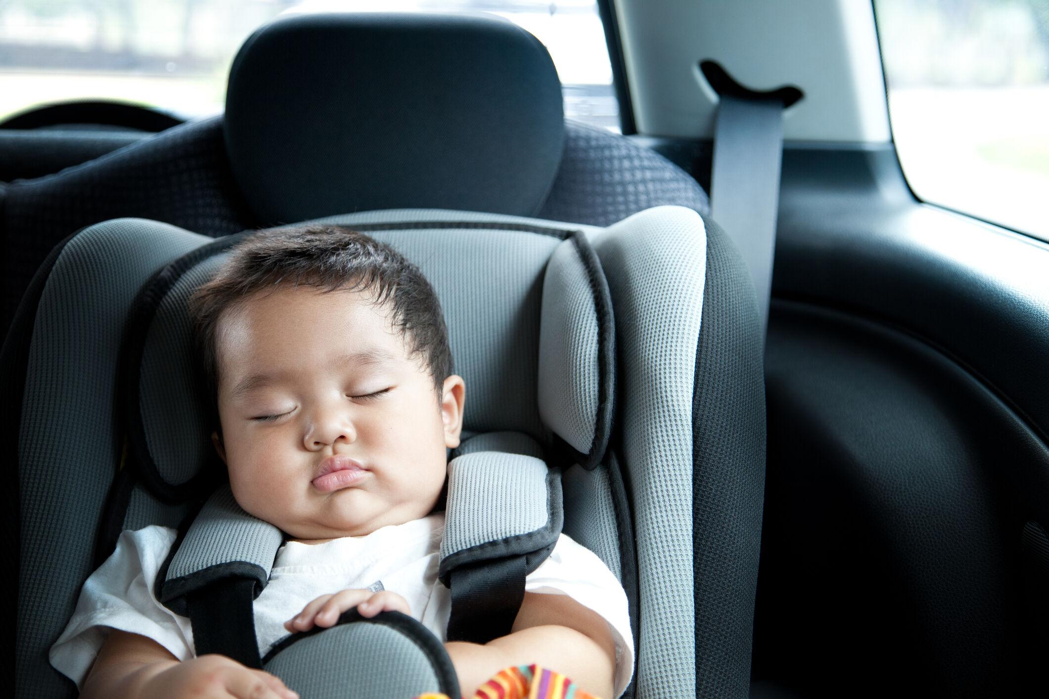 bebê em cadeirinha no carro no trânsito