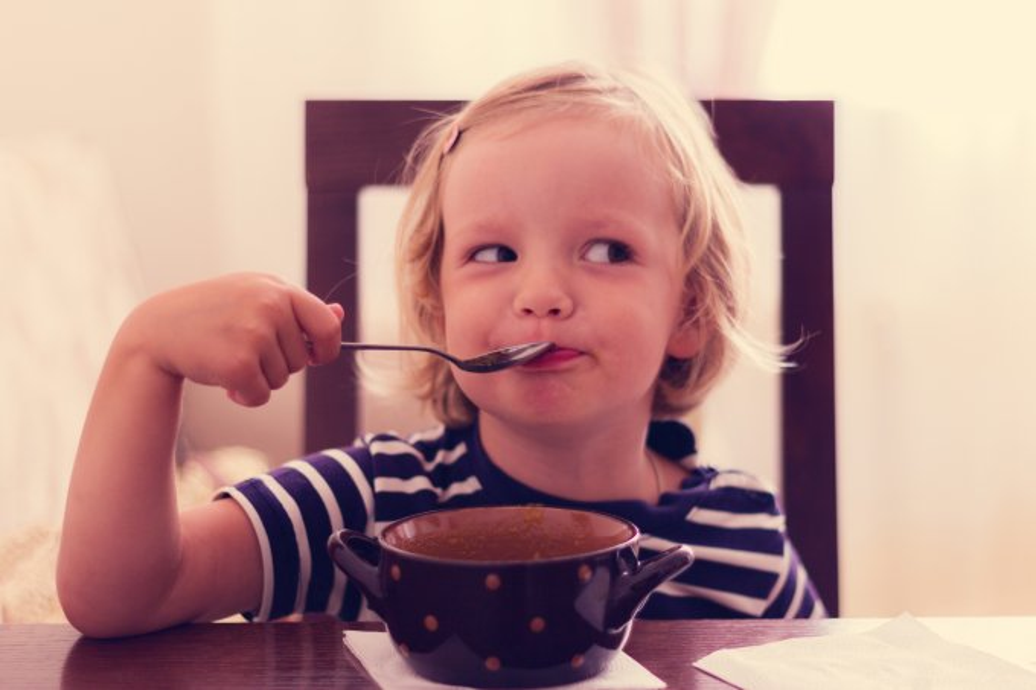 menina tomando sopa