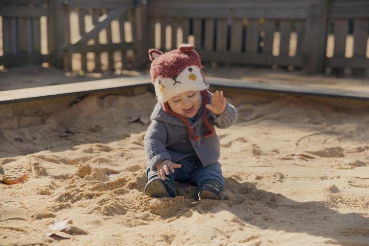 bebê brincando no frio