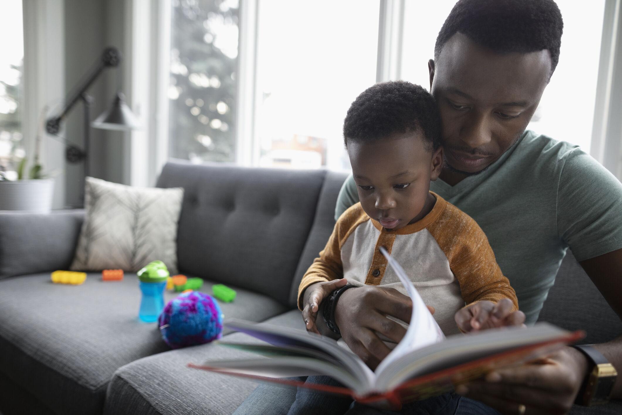 Pai e filho lendo