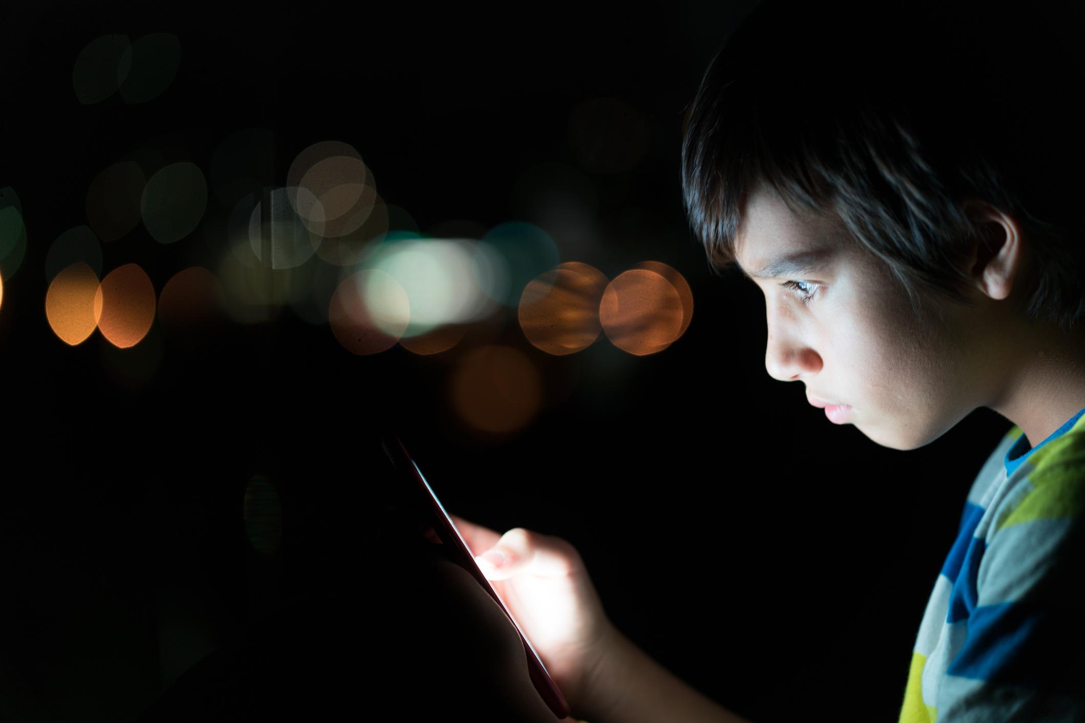 Criança usando o celular