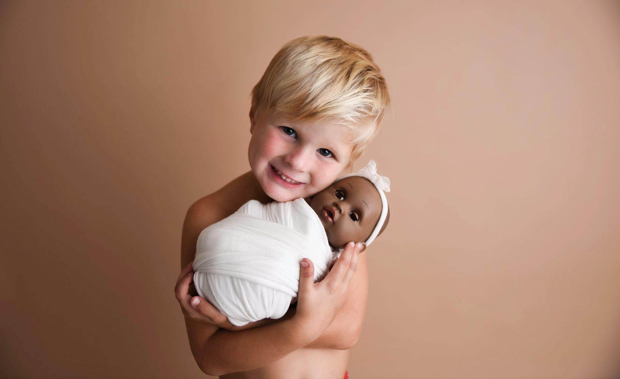 Ensaio de Jynsen com sua boneca