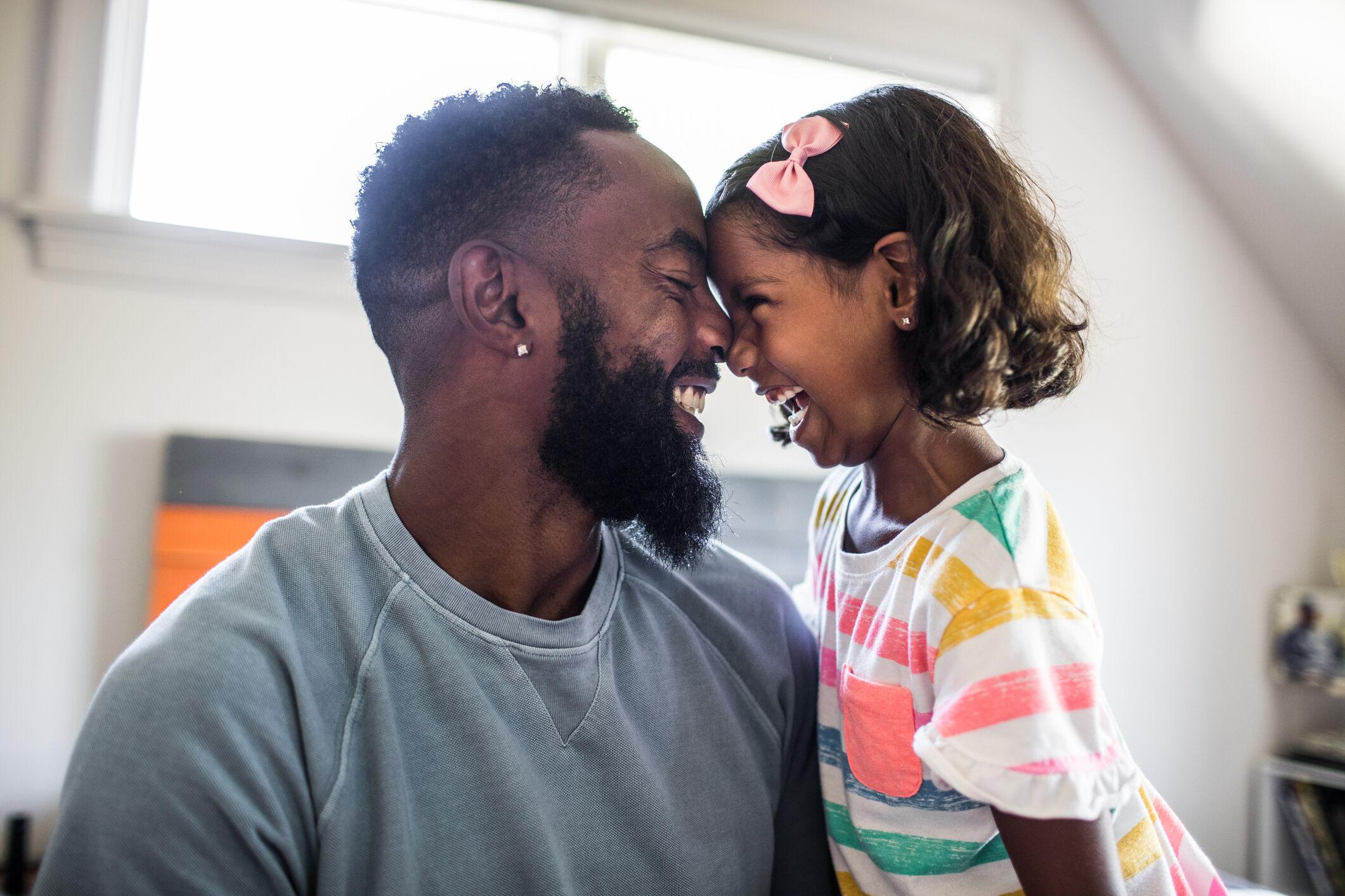 Pai e filha sorrindo