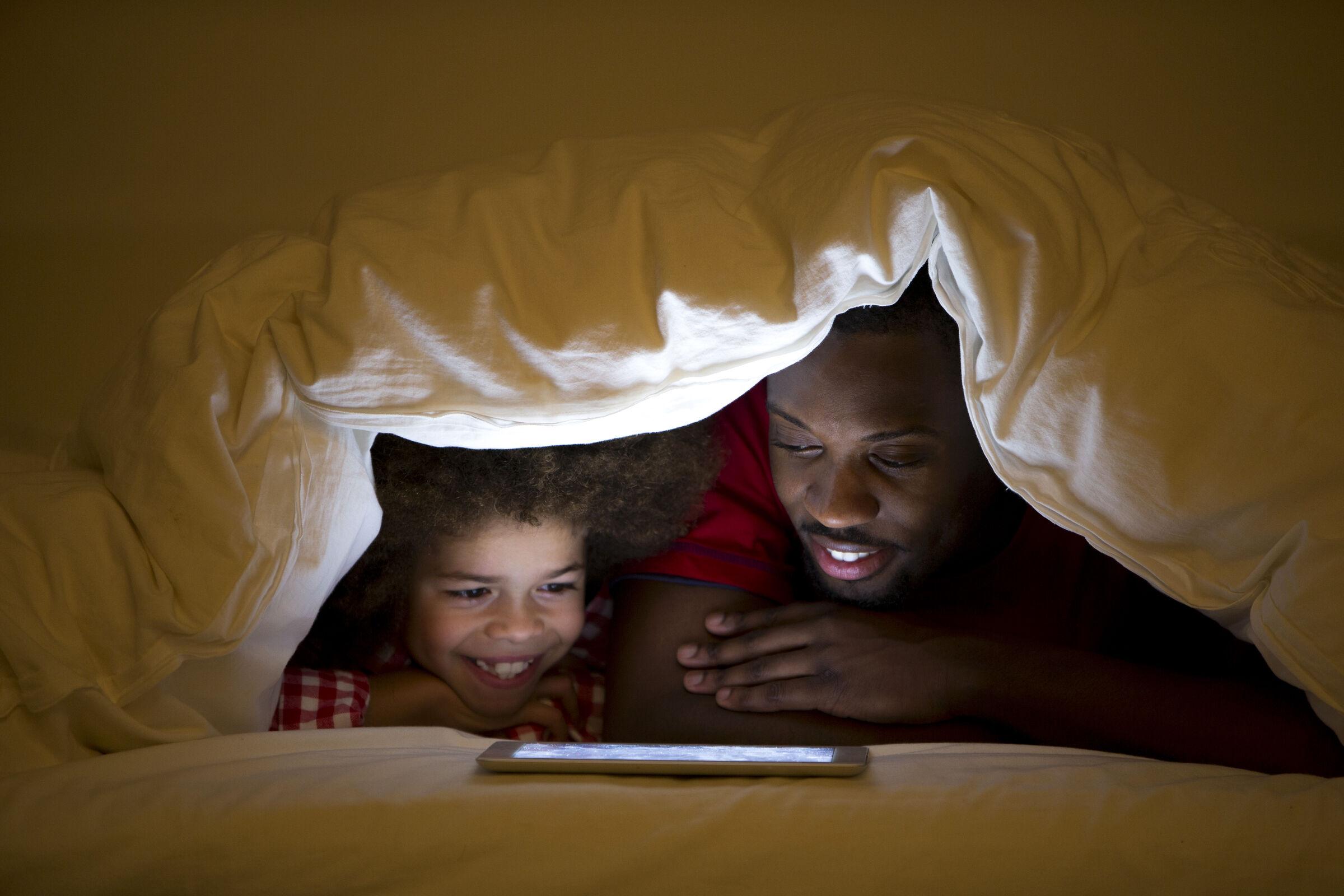 pai-filha-com-tablet