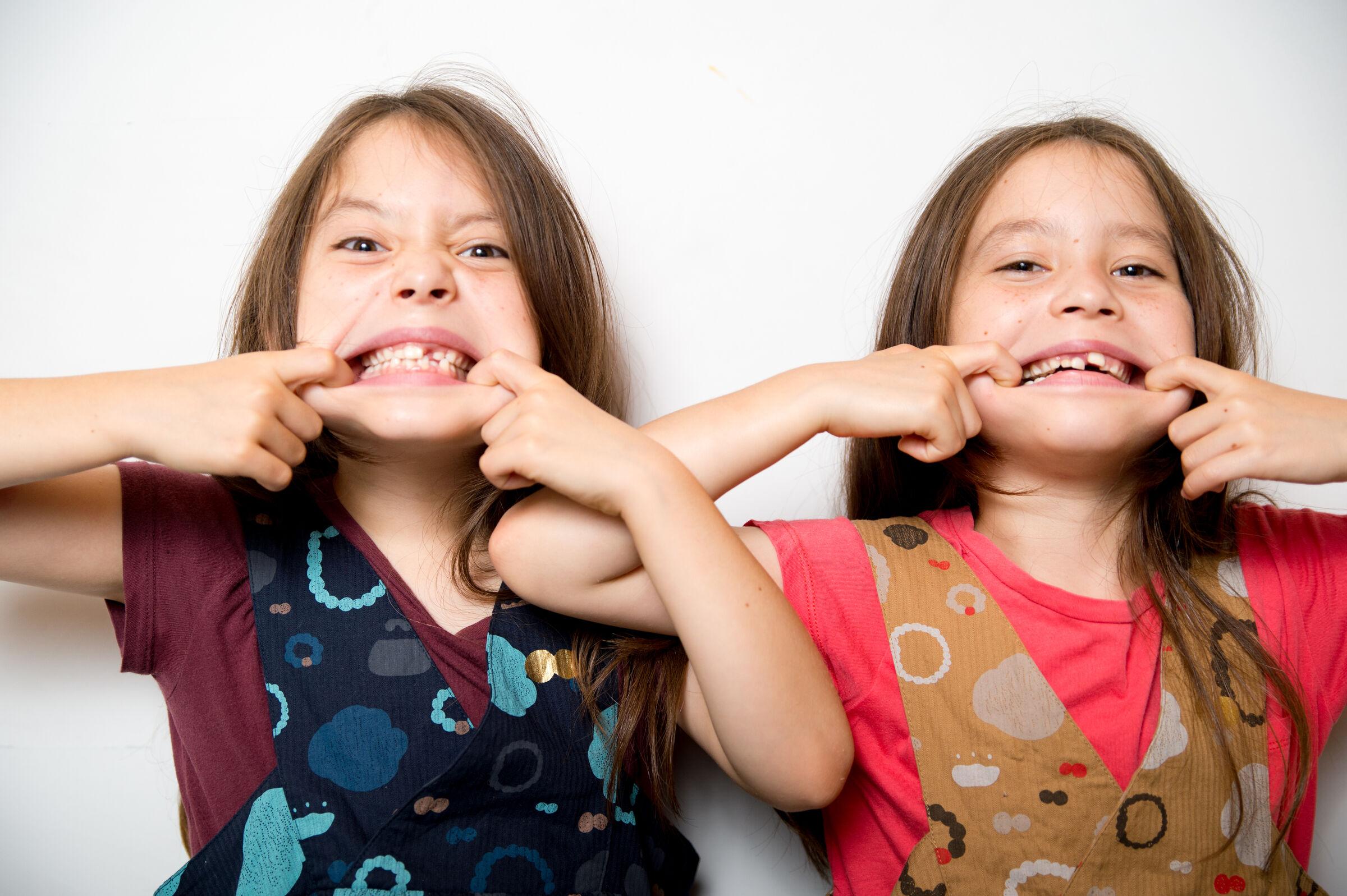 meninas-gemeas-brincando