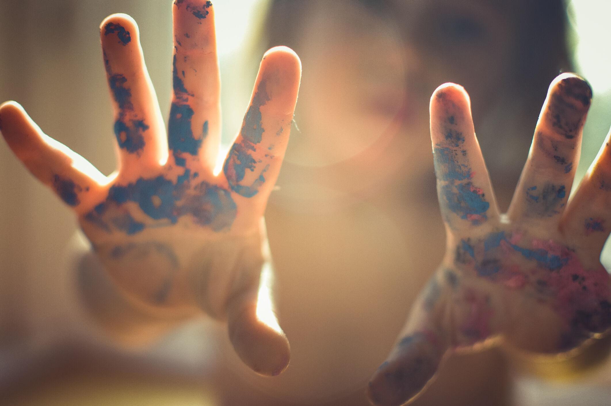 Criança com as mãos sujas