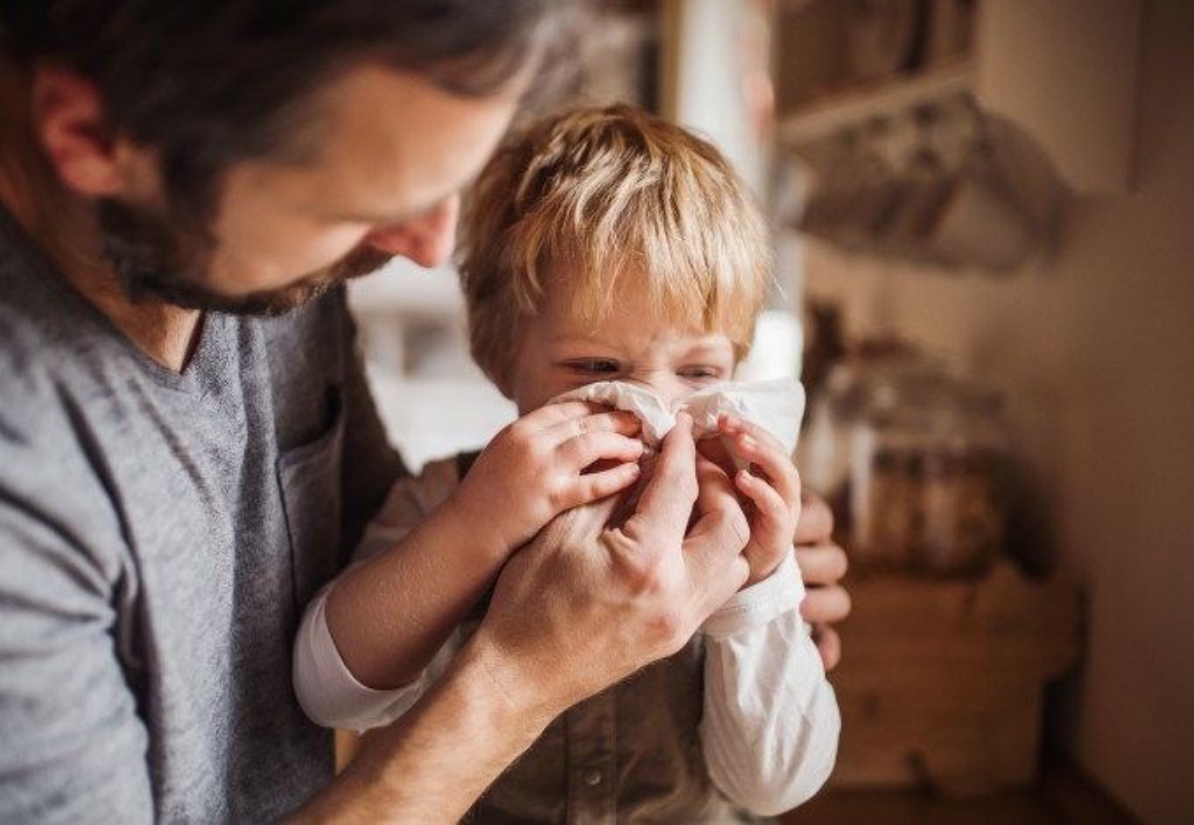 Pai-cuidando-do-filho-doente