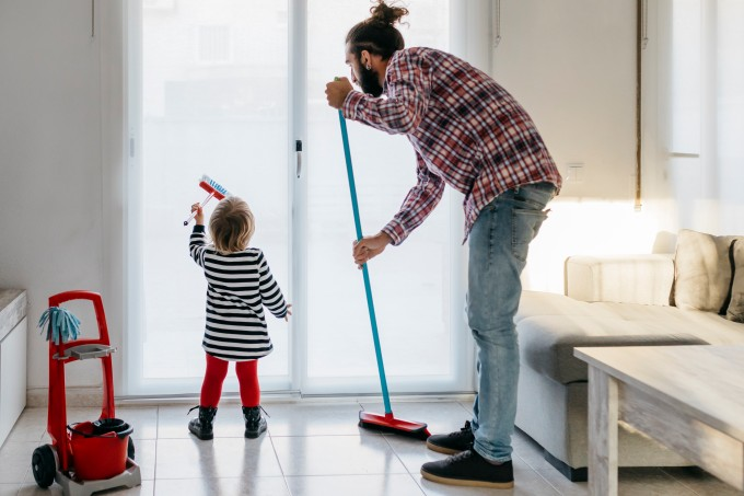 pai-e-filho-limpando-a-casa