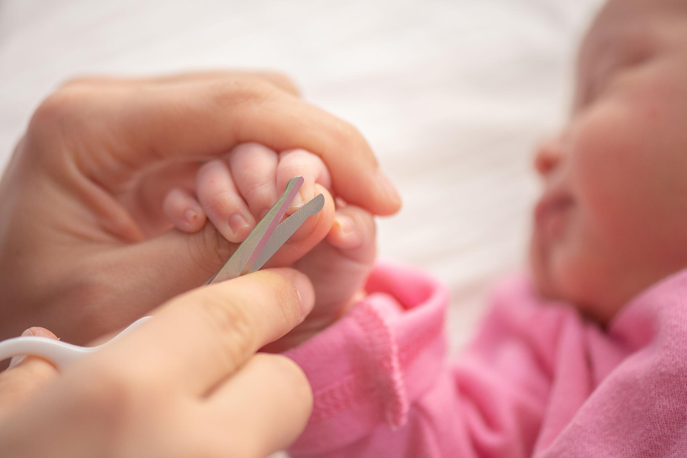 Mãe-corta-unha-da-filha-recem-nascida-enquanto-ela-dorme