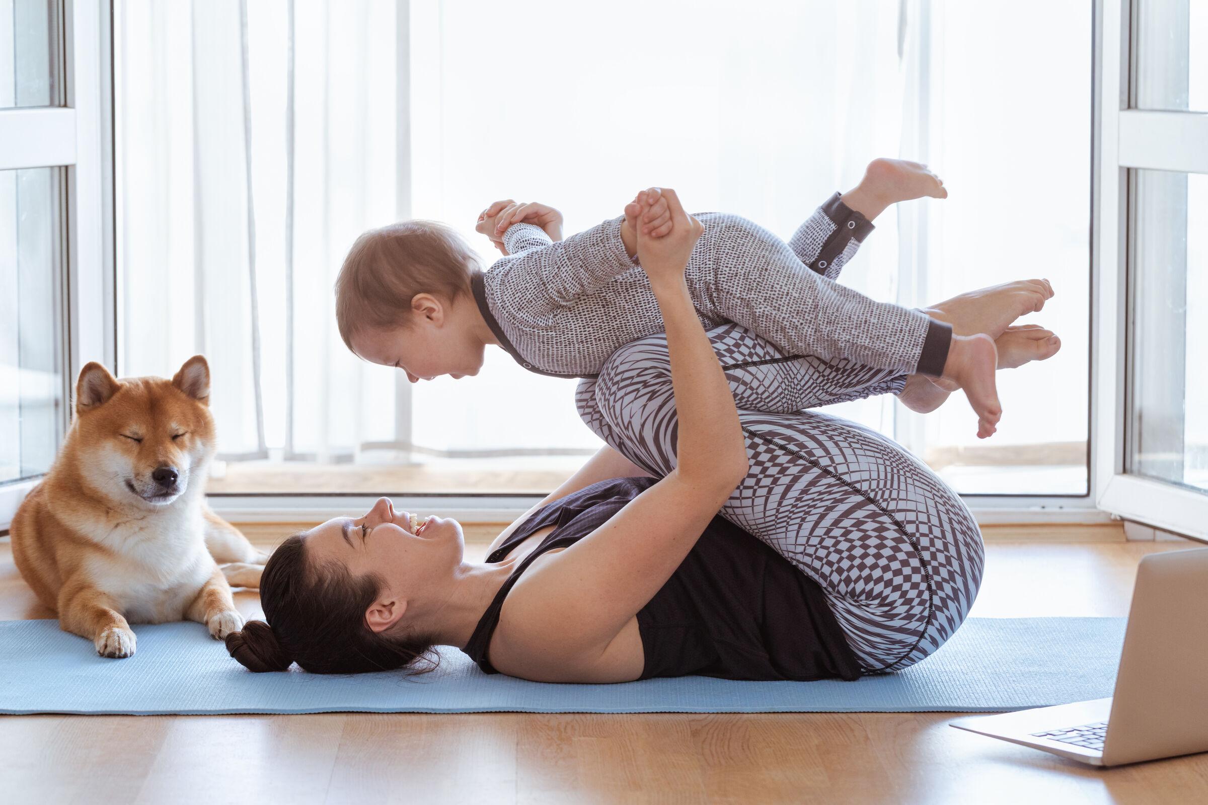 Mãe-e-filho-fazendo-yoga-juntos-em-casa