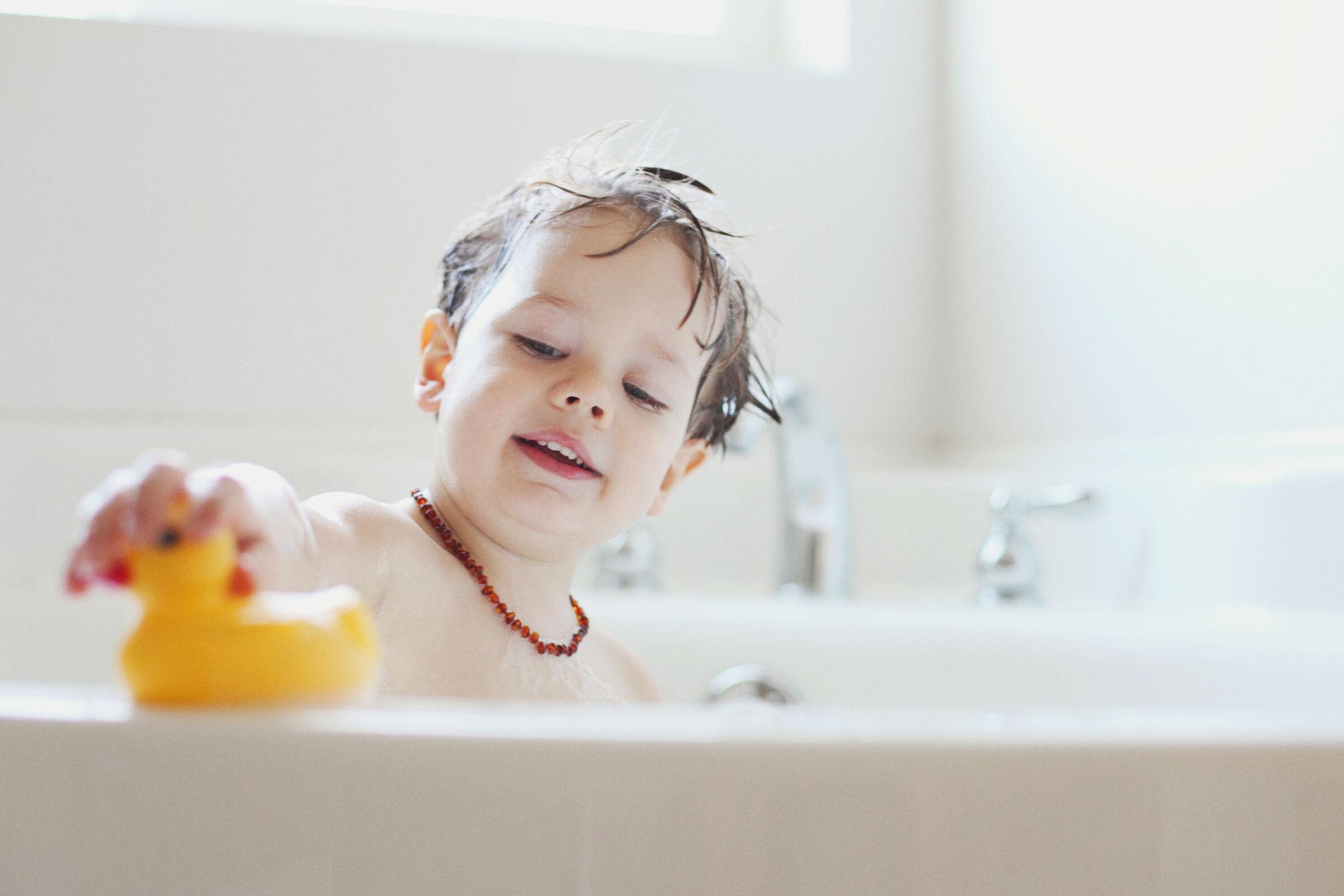 menino tomando banho