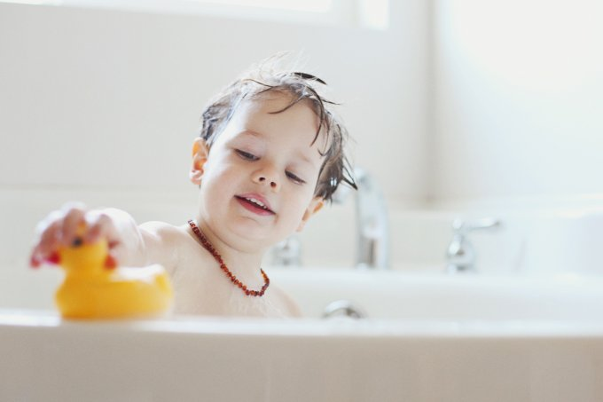 menino-brincando-banho