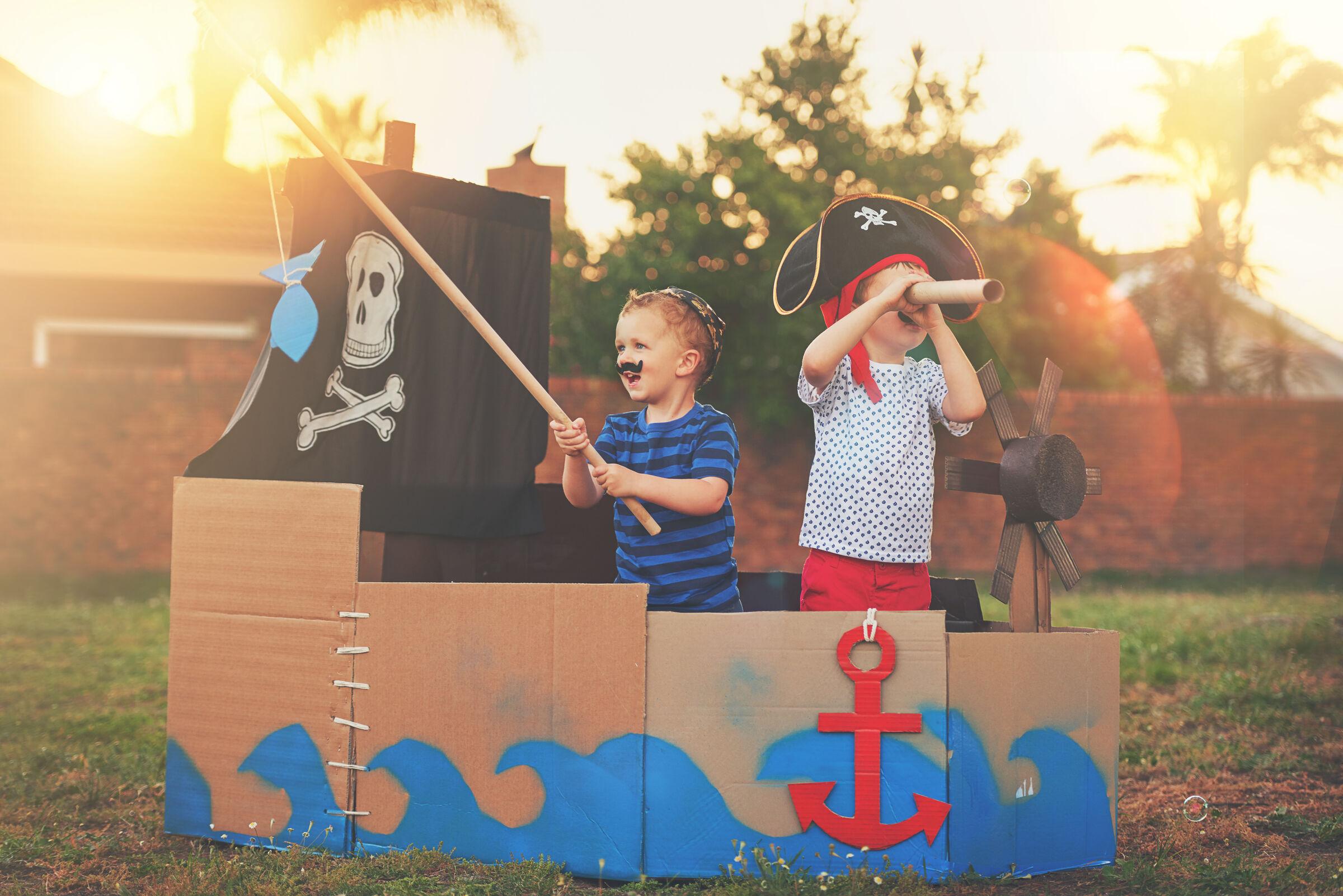 Crianças brincando de pirata