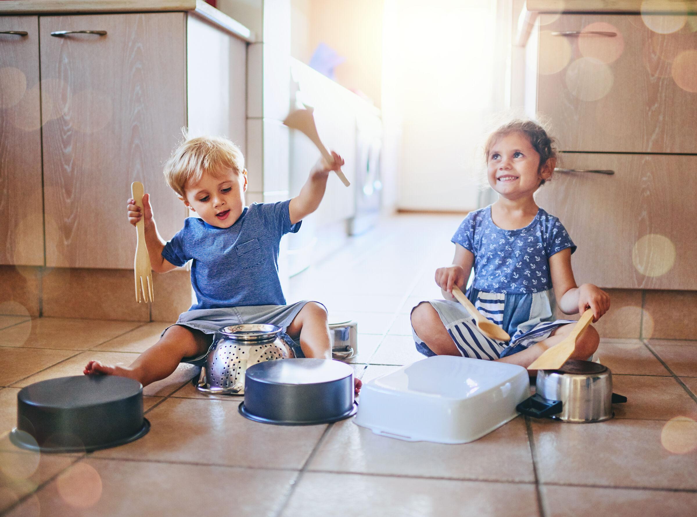 Criancas-brincando-com-itens-de-cozinha