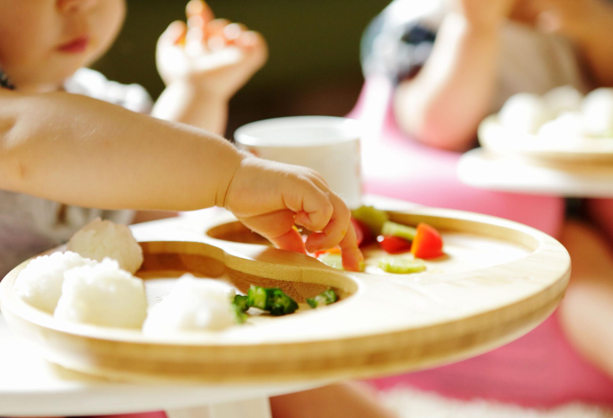 Criança comendo refeição na introdução alimentar