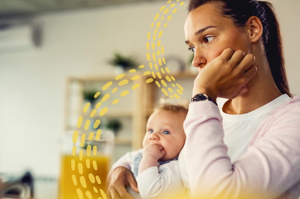 Mulher segura bebê