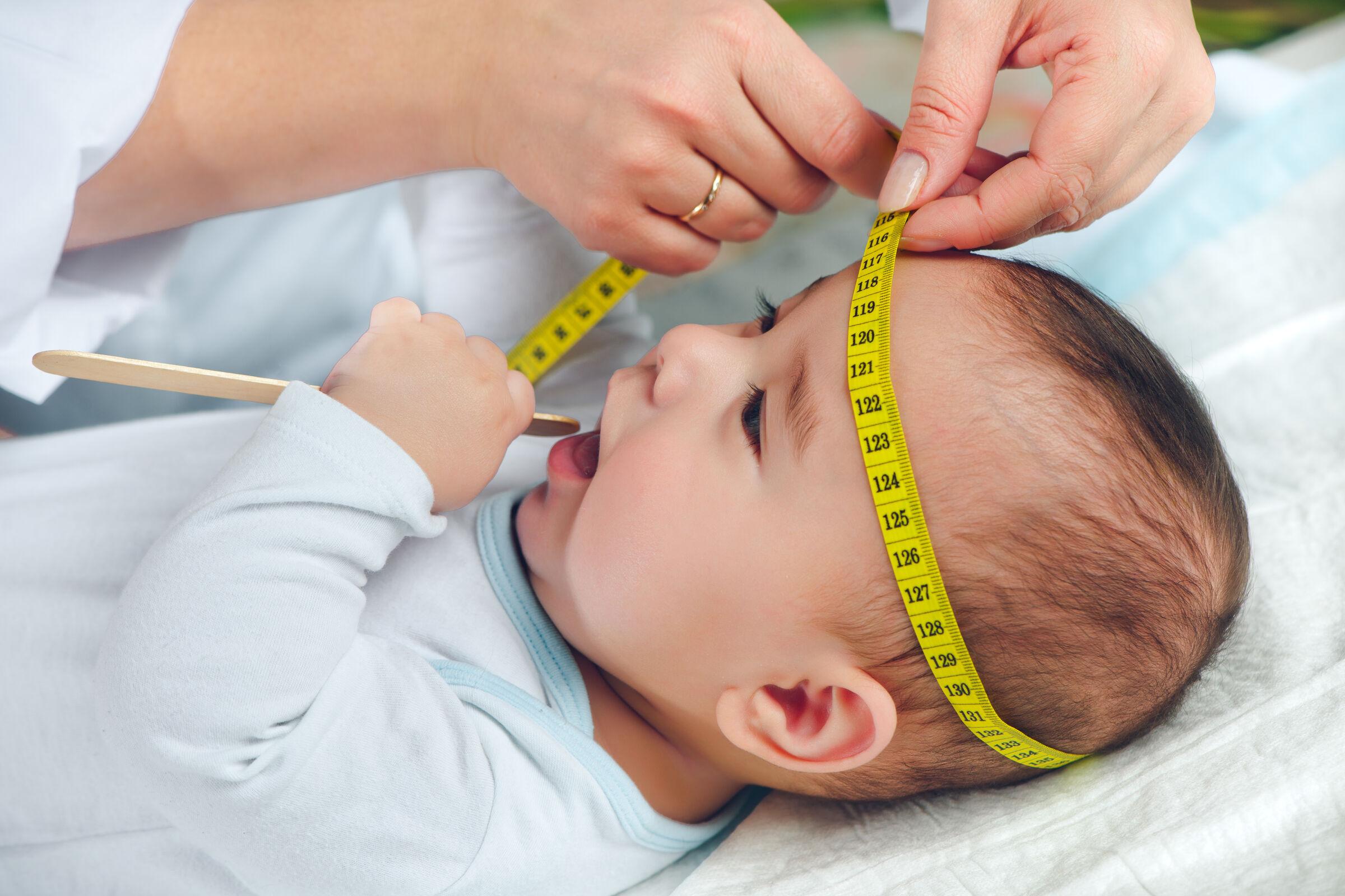 Bebe-no-pediatra-sendo-medido