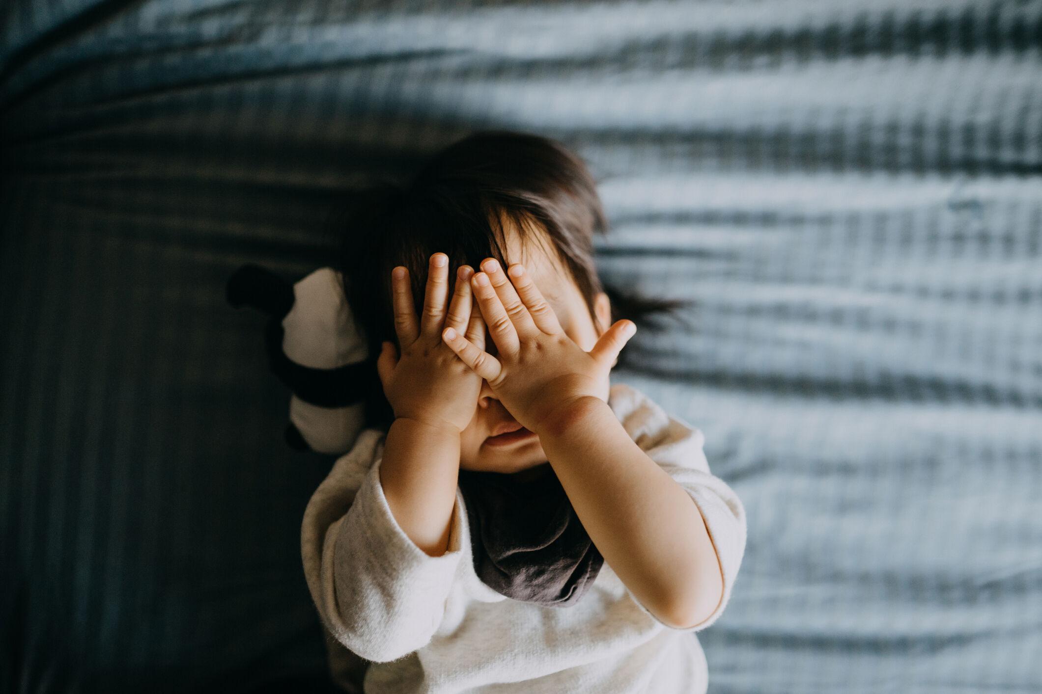crianca-cobrindo-rosto