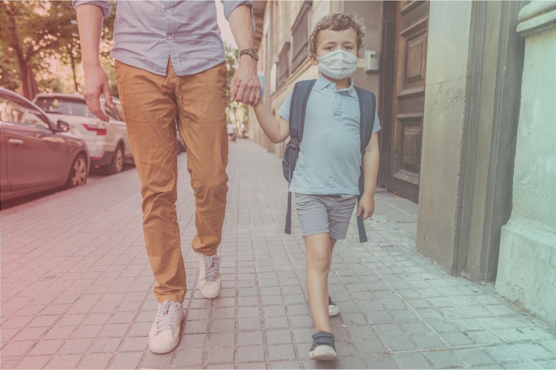 menino-indo-para-escola-mascara