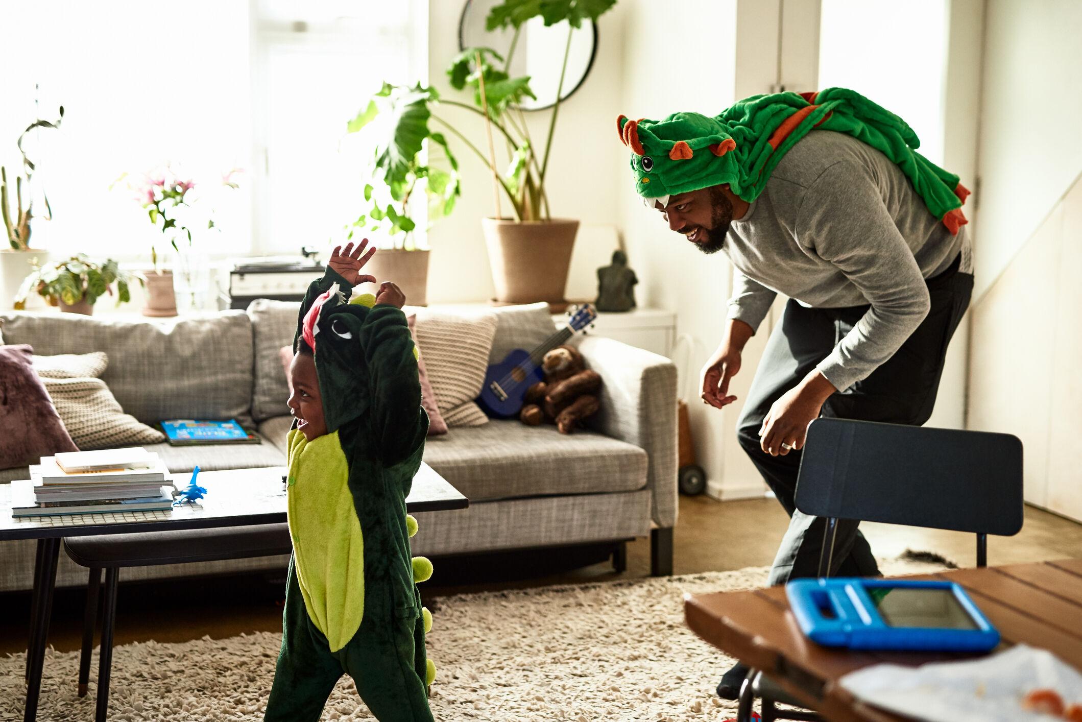 pai-filho-brincando-dinossauro