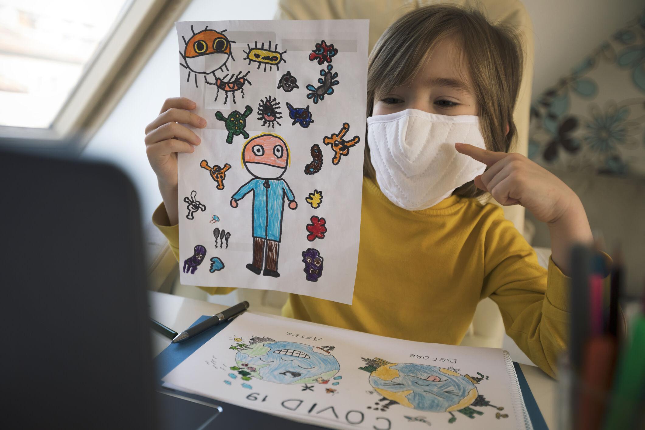 criança na creche com máscara