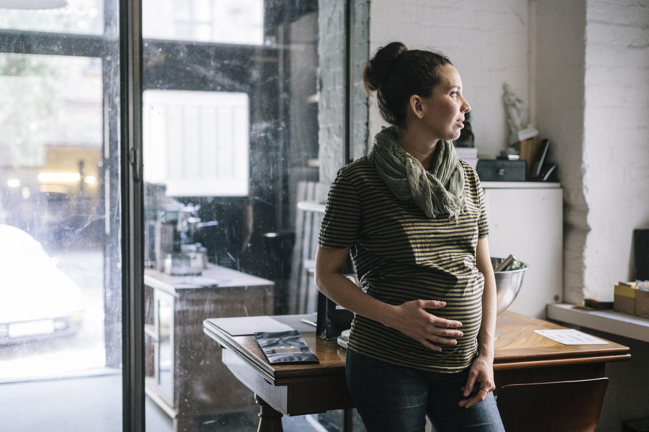 mulher grávida no trabalho