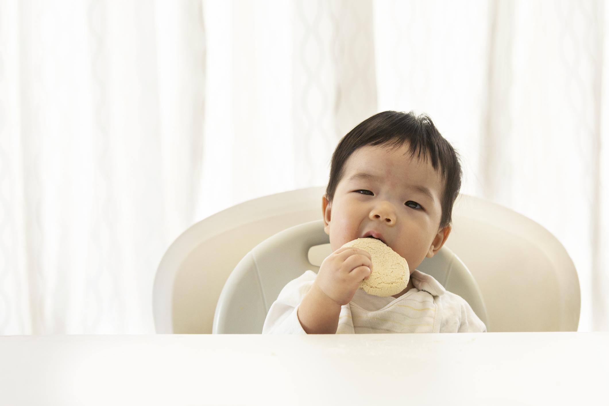 Criança comendo biscoito
