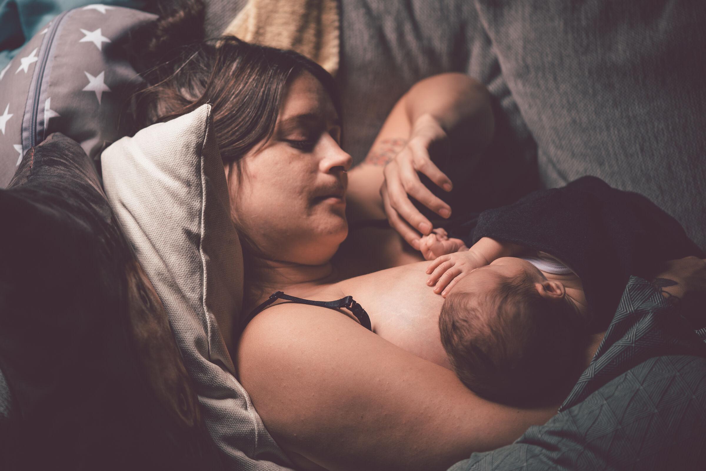 Mãe-amamentando-o-filho