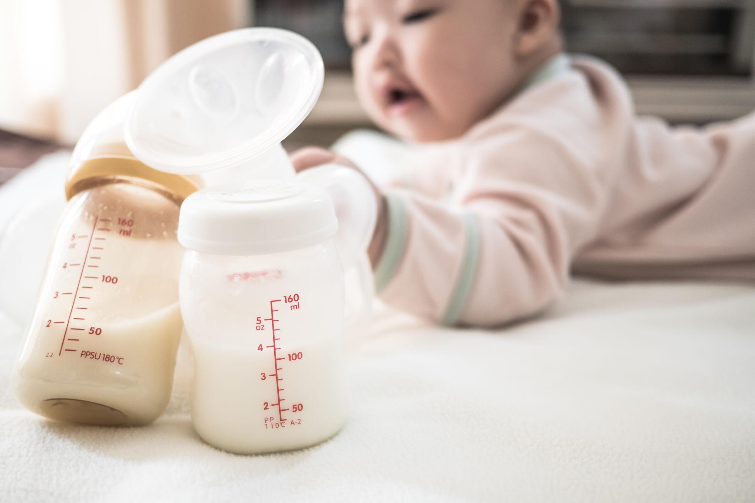Bebê-atrás-de-mamadeiras-com-leite-materno