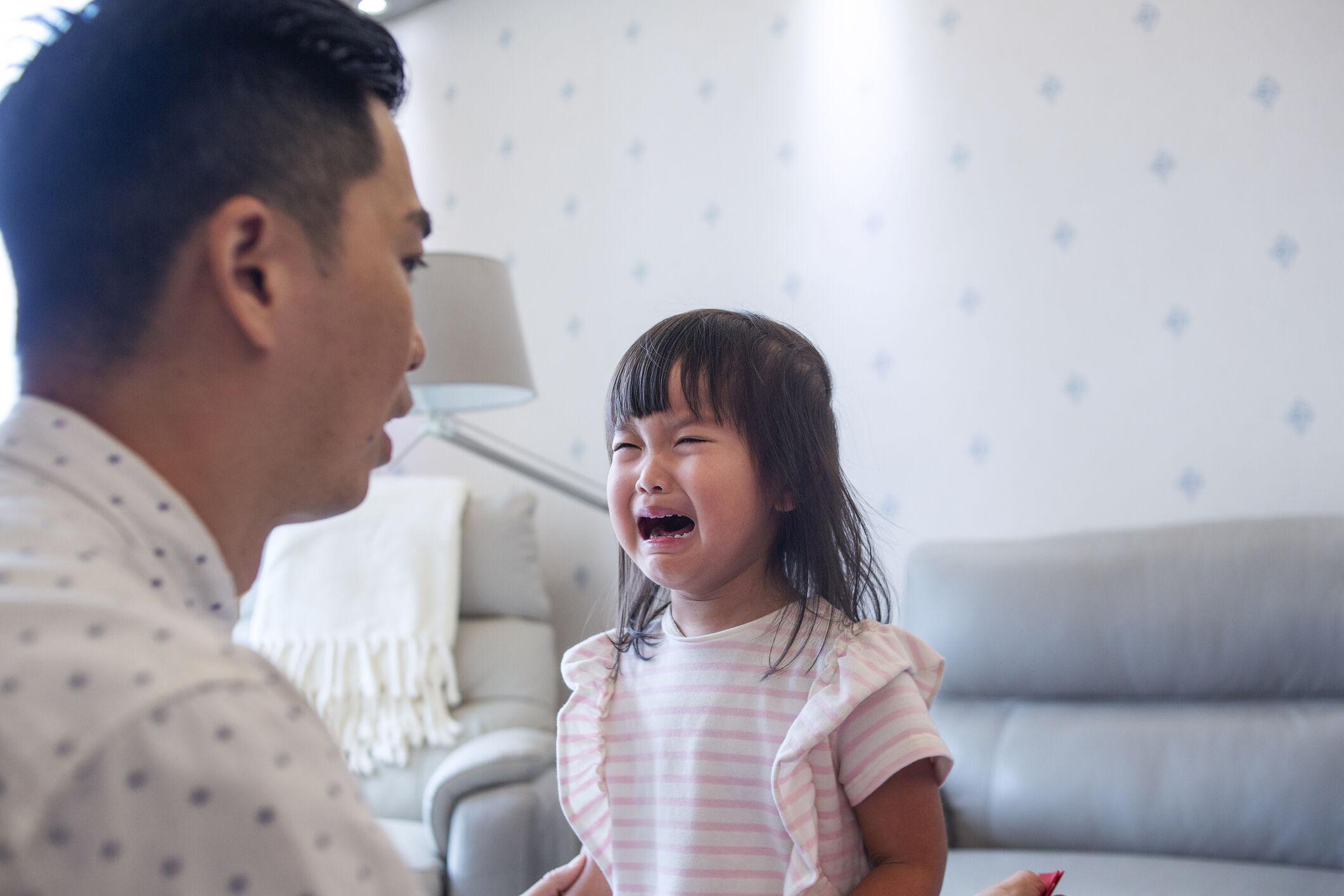 Image de menina chorando com o pai