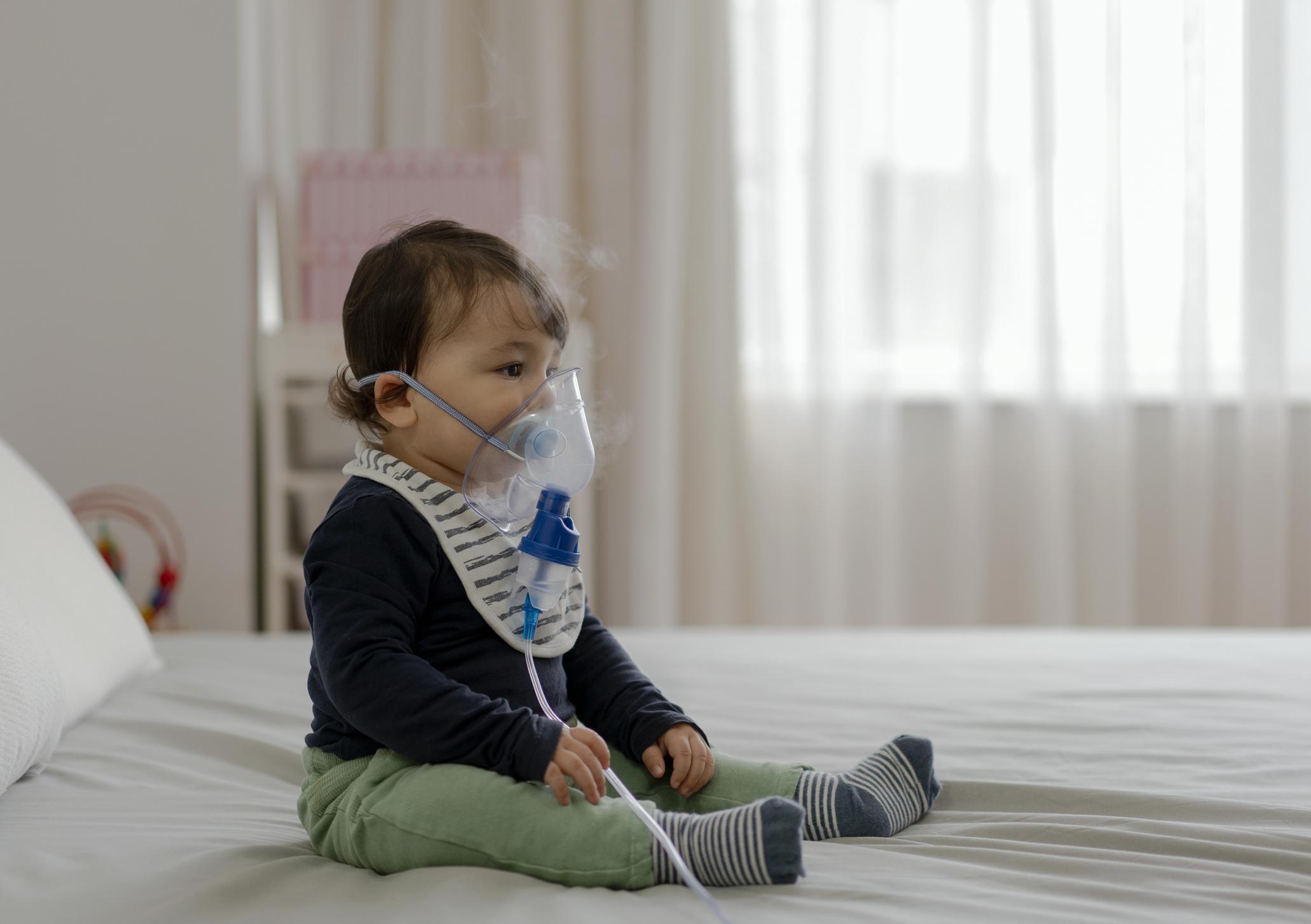 Bebê com doença respiratória fazendo inalação
