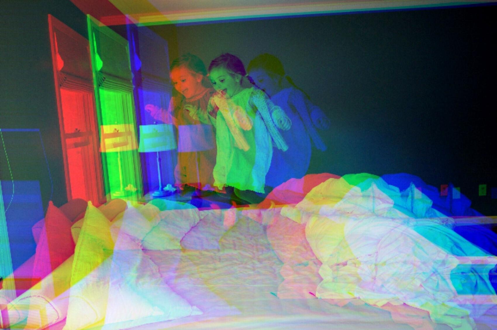 crianca-pulando-cama-tdah