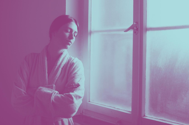 Mulher-encostada-na-janela